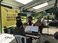 Grupo mexicano de jazz encanta o público no lago do Quitandinha